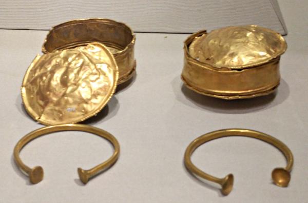 gold-ear-spools-bracelets-musem-of-archaeoloy-ireland-taken-8-20-16-by-ff